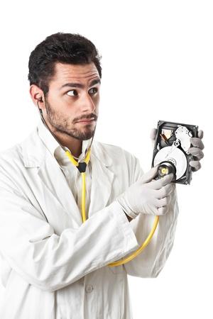 lab coat: un Medico  Tecnico indossa un camice da laboratorio e stetoscopio in possesso di un disco rigido Archivio Fotografico