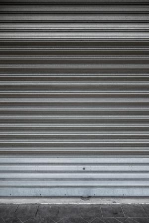 puerta de metal: un rollo de obturaci�n hasta la puerta de metal con manchas y ara�azos