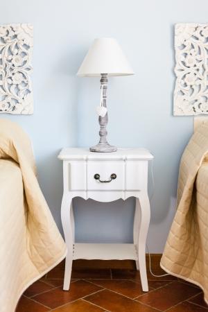 ein luxuriöses Schlafzimmer mit einer Lampe über ein Bett Beistelltisch