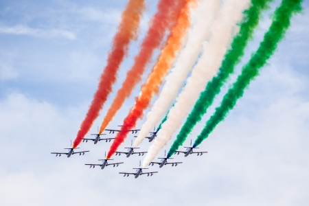 """El equipo acrobático jet italiano llamado """"frecce tricolori"""" hacer trucos en el cielo"""