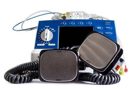 een defibrillator eenheid geïsoleerd over een witte achtergrond Stockfoto