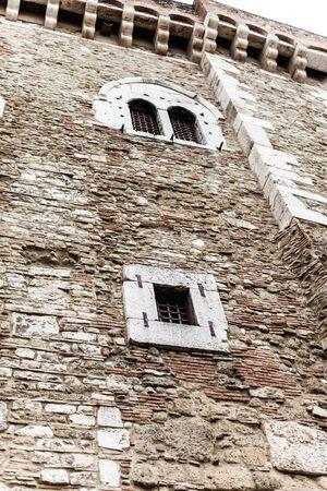 grate: facciata di un antico palazzo romano situato a Benevento, Italia