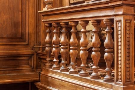 een luxe houten leuning in een rechtszaal of een congreszaal Stockfoto