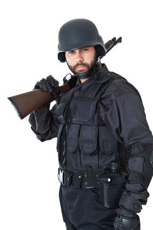 een swat-agent dragen van een kogelvrij vest en gericht met een pistool