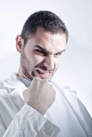 lab coat: Angry ricercatore  medico che indossa un camice da laboratorio su sfondo bianco Archivio Fotografico