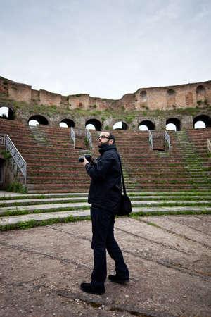 roman amphitheatre: Turismo en Anfiteatro romano con un reflejo