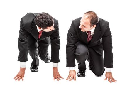 twee concurrerende ondernemers in de uitgangspositie klaar voor een race in werking Stockfoto
