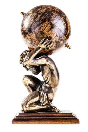 een sculptuur van de mythische Atlas die de wereld op een witte achtergrond