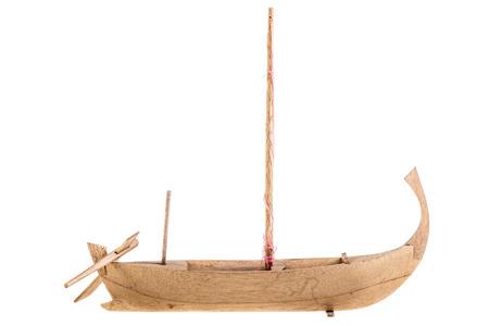 balsa: een houten Egyptische boot model geïsoleerd over een witte achtergrond