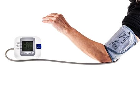een volwassen vrouw het controleren van de bloeddruk met een automatische bloeddrukmeter Stockfoto