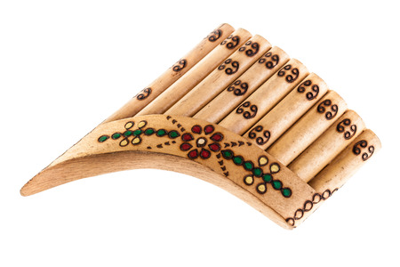 zampona: una flauta de pan de madera aislada sobre un fondo blanco