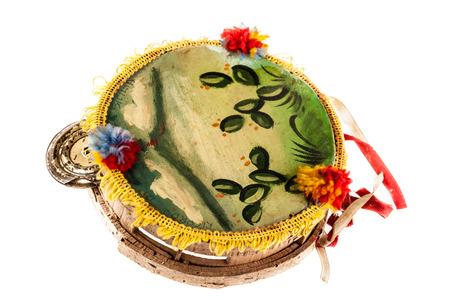 tambourine: una pandereta siciliano tradicional aislada sobre fondo blanco