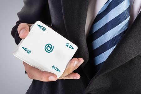 jeu de carte: un élégant jeune homme d'affaires montrant un as dans sa main Banque d'images