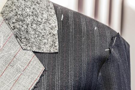 Detail eines unfertigen Anzug in einer Schneiderei