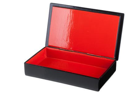 laquered: una scatola laccata nera con un interno luminoso rosso isolato su bianco