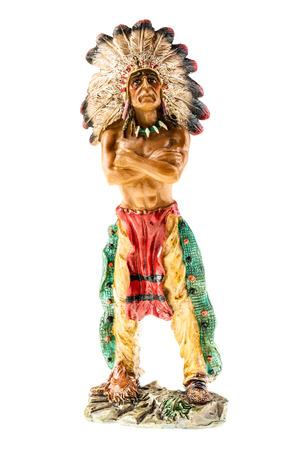 capo indiano: un piccolo capo indiano figurina isolato su uno sfondo bianco