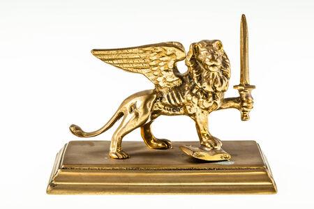 winged lion: Reproducción del león alado de Venecia aislada sobre un fondo blanco puro