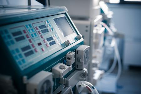 un dializador o máquina de hemodiálisis en una sala de hospital
