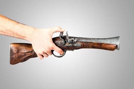 flint gun: un trabuco de edad aislados en un fondo blanco