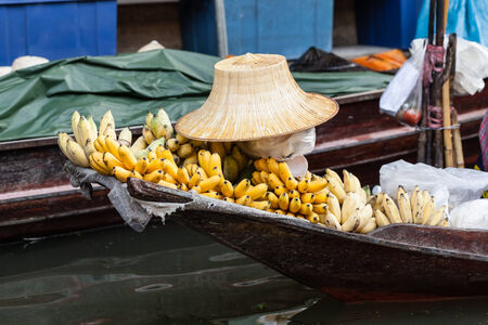 coolie hat: Hawkers selling fruits and vegetables in the traditional floating market in Damnoen Saduak near Bangkok, Thailand Stock Photo