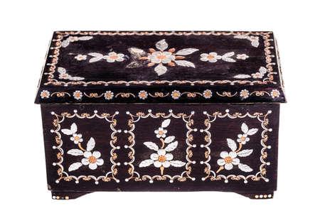 marqueteria: un viejo rumano caja de madera negro con la madre de adornos de perlas aislados en un bachground blanco