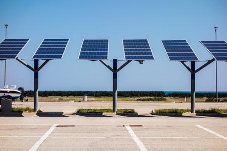 晴れた日に駐車場の上の小さな太陽電池パネル 写真素材