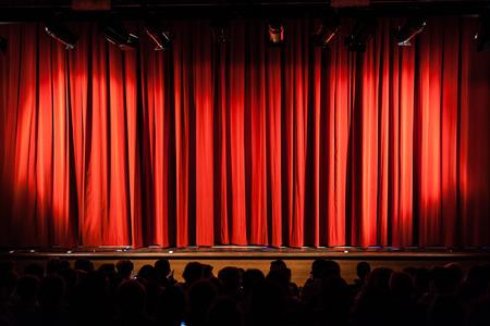 telon de teatro: un telón rojo cerrado en un pequeño teatro Foto de archivo