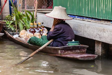 underprivileged: Tradizionale mercato galleggiante Damnoen Saduak vicino a Bangkok, Thailandia Archivio Fotografico