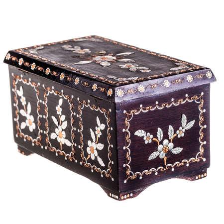 laquered: una vecchia scatola di legno rumena nera con la madre di decorazioni di perle isolato su uno bianco bachground Archivio Fotografico