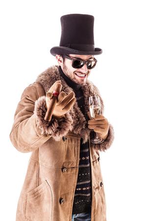 bebes lindos: un hombre joven que llevaba un abrigo de piel de oveja aislada sobre un fondo blanco que sostiene un cigarro y un vaso con champán