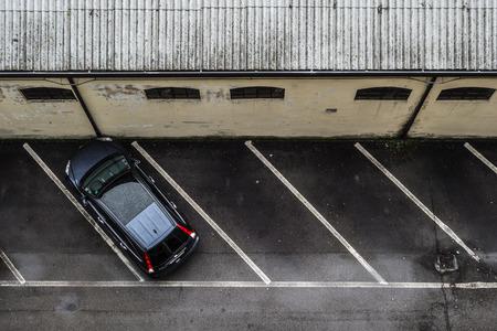 un petit parking en vue de dessus, avec une seule voiture