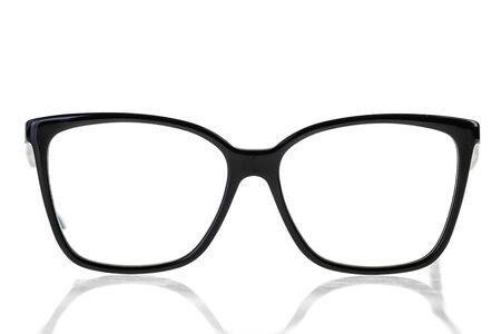 friki: empoll�n o friki ojos negros vidrios aislados sobre un fondo blanco