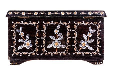 marqueteria: un viejo rumano caja de madera negro con la madre de las decoraciones de perlas aislados en un bachground blanco