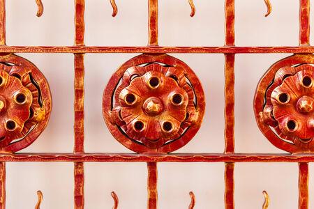 ornated: un ornated ferro battuto cancello rosso a Bangkok, Thailandia