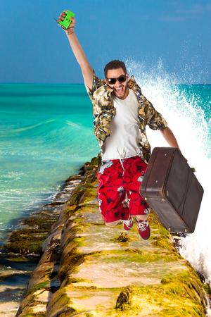 estereotipo: un joven, var�n atractivo en un traje colorido en un entorno tropical de la isla como turista estereotipo