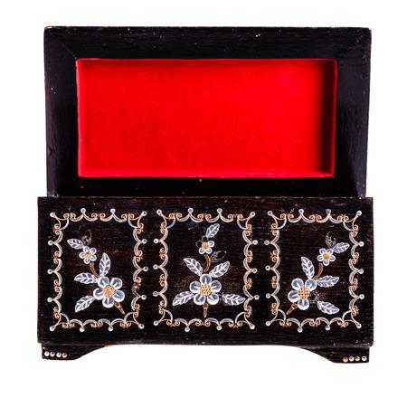 laquered: una vecchia scatola di legno rumeno nera con la madre di decorazioni di perle isolato su uno bianco bachground