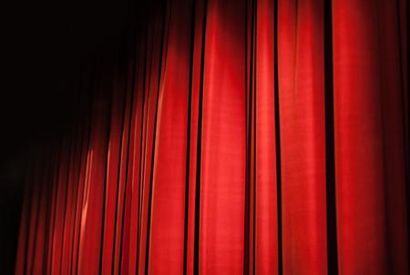 sipario chiuso: un sipario rosso chiuso in un piccolo teatro