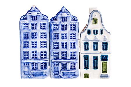 delftware: porcellana canale olandese modello di casa isolato su uno sfondo bianco