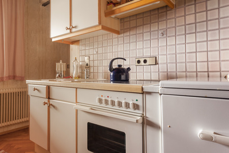 Interno di una vecchia cucina semplice che dovrebbe essere ristrutturato Archivio Fotografico - 42389182