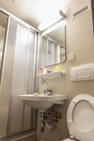 cabine de douche: une petite salle de bains avec wc, un lavabo et une cabine de douche