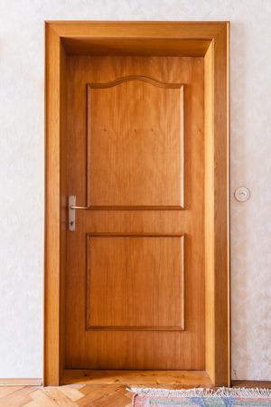 een eenvoudige houten deur in het interieur van een woning