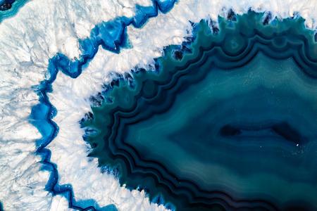 pietre preziose: Sezione trasversale di un geode brasiliana blu comunemente chiamato Thunder uova o blu cristallo agata Archivio Fotografico