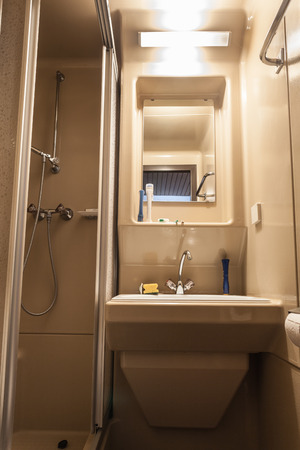 cabine de douche: une petite salle de bain avec WC, un lavabo et une cabine de douche