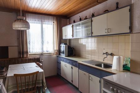 interieur van een oude eenvoudige keuken die moet worden gerenoveerd