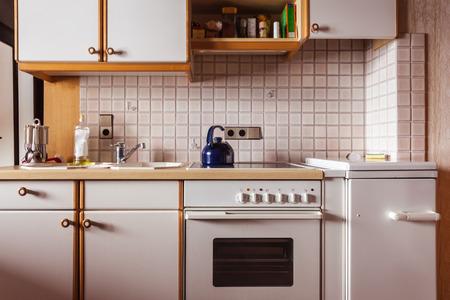 estufa: interior de una vieja cocina sencilla que debe ser renovado
