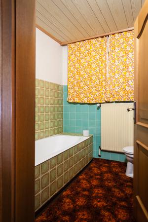 un viejo y pequeño cuarto de baño que debe ser renovado Foto de archivo