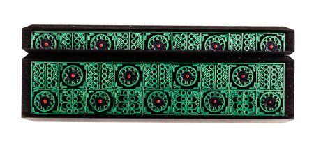laquered: un bellissimo antico bulgaro scatola di legno decorato isolato su uno sfondo bianco