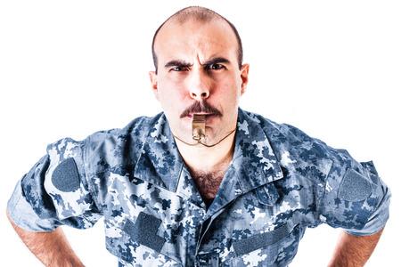taladro: un soldado o sargento soplando un silbato aislada sobre un fondo blanco
