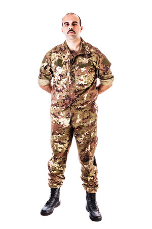 soldado: aislado un soldado que llevaba ropa de camuflaje sobre un fondo blanco Foto de archivo