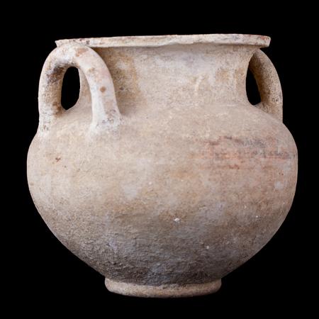 daunia: Daunian subgeometric duble-handle pot isolated over a black background